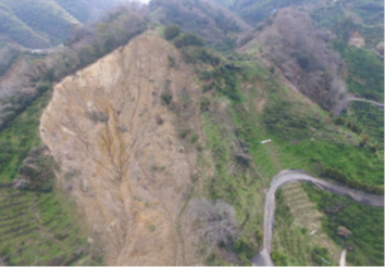 スパイダーが復旧工事を行う宇和島の崩壊した急斜面