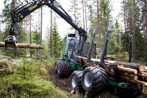 林業機械 タイヤ式フォワーダー
