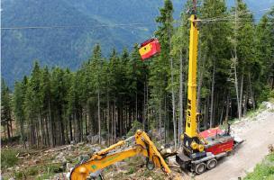 林業のタワーヤーダーによる架線集材の様子